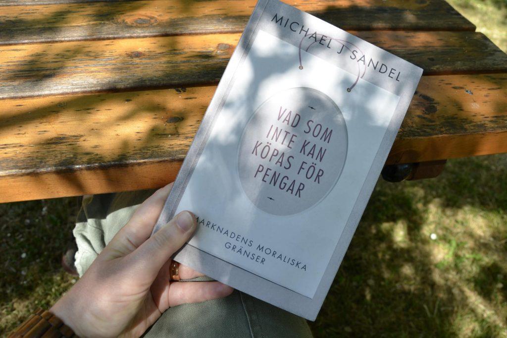 Vad som inte kan köpas för pengar; marknadens moraliska gränser av Michael J Sandel