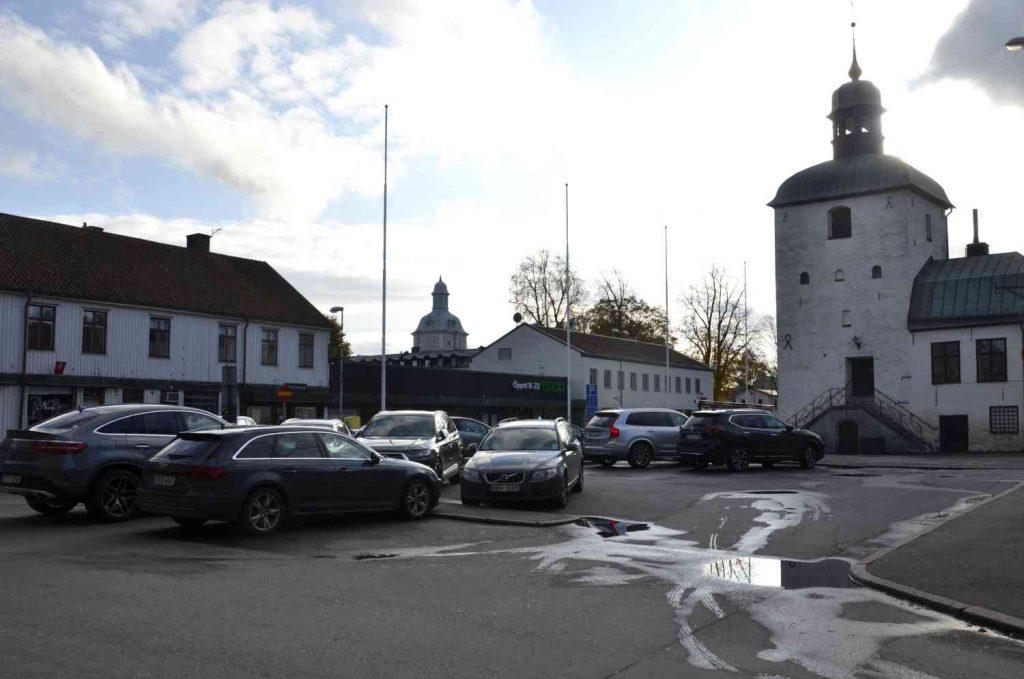 Behövs det fler parkeringsplatser? Bild på Rådhustorget i Vadstena.