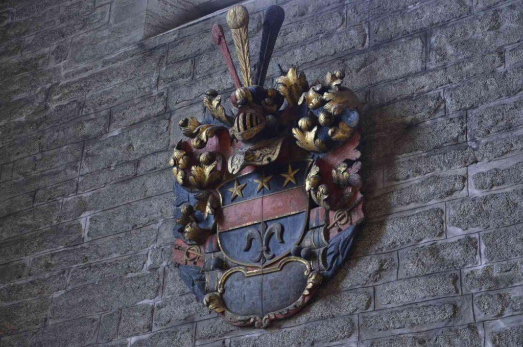 A sense of entitlement - privilegier illustrerade av äldre adelssköld.