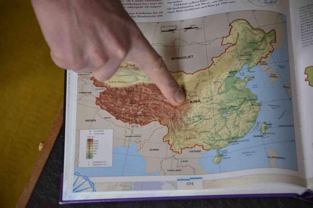Ursäkten att något annat är värre. Finger som pekar på Kina.