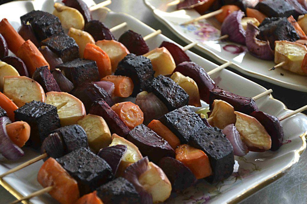 Färgstarka veganska grillspett