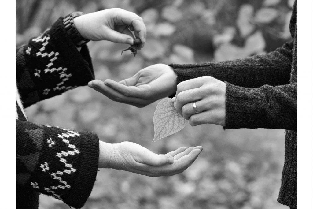 Be om hjälp. Bild på händer som ger och tar. Fotograf: Richard Lindgren.