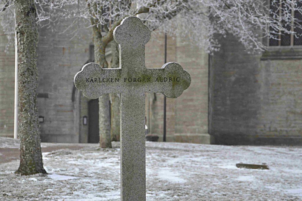 Testamente. Bild på gravsten från kyrkogården på Vadstena Klosterkyrka.