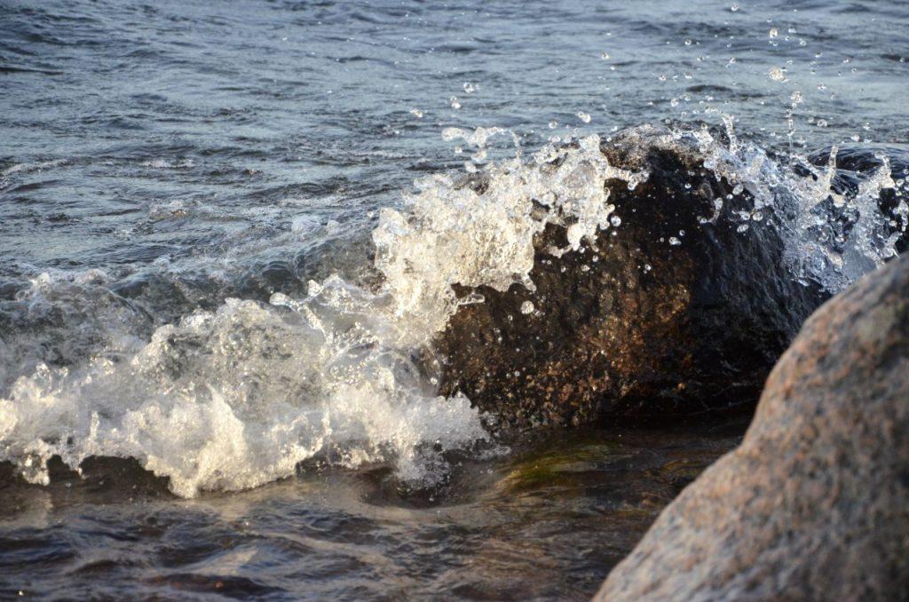 En skärmfri dag i veckan. Bild på våg mot sten.