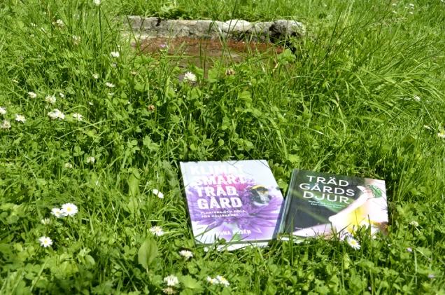 Tips på två trädgårdsböcker. Bild på böckerna Klimatsmart trädgård och Trädgårdsdjur.