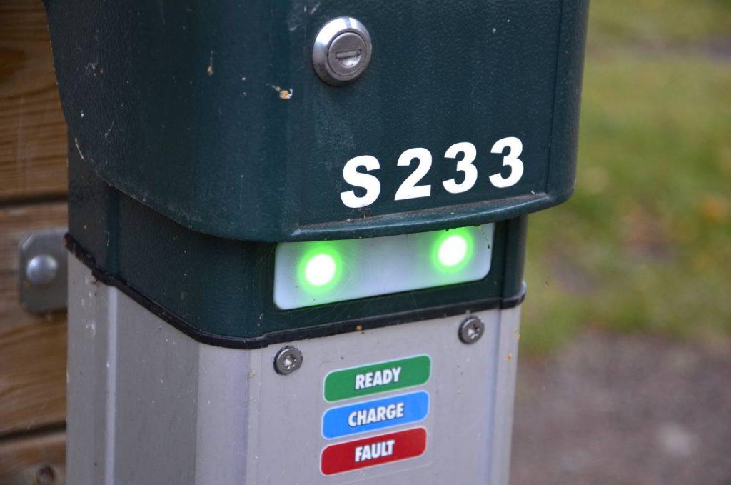 Automatisering för livskvalitet. Bild på laddstolpe för elbil.