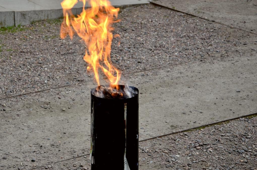 Betraktelse om eld. Bild på flammande låga.