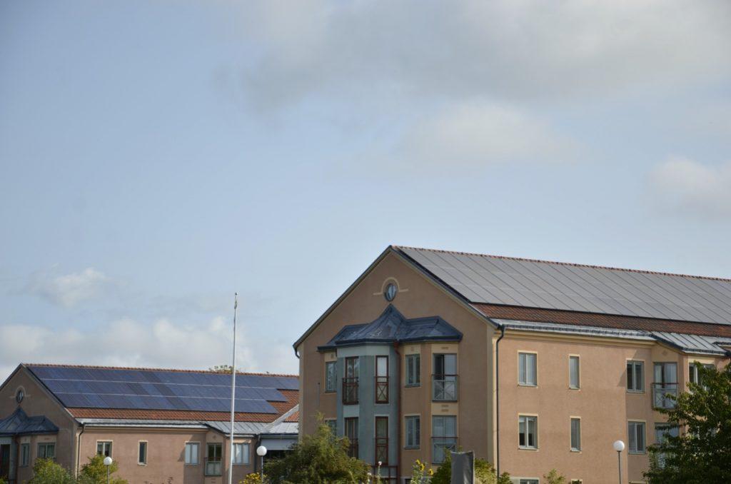 Klimatkompensation - eller klimatfinansiering. Bild på solpaneler.