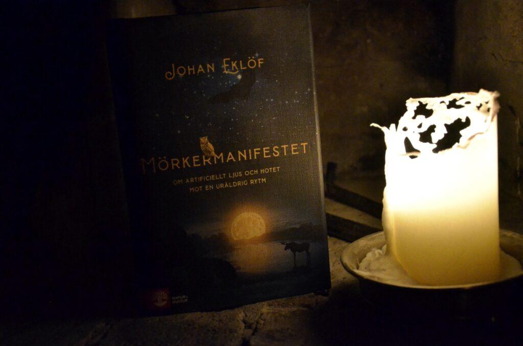 Mörkermanifestet – synliggörande av mörkrets värde. Bild på Johan Eklöfs bok Mörkermanifestet.