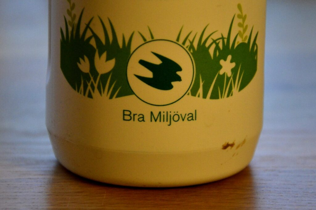 Bra Miljöval. Bild på loggan från  en flaska med grön såpa.