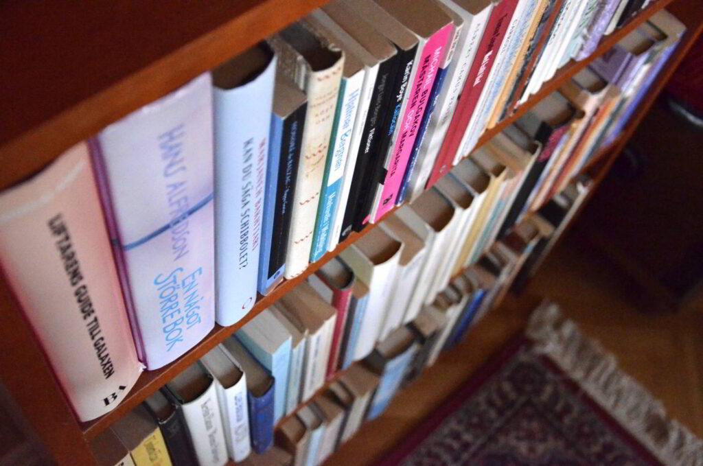 Natur och kultur - skönlitteratur. Bild på böcker i en bokhylla.