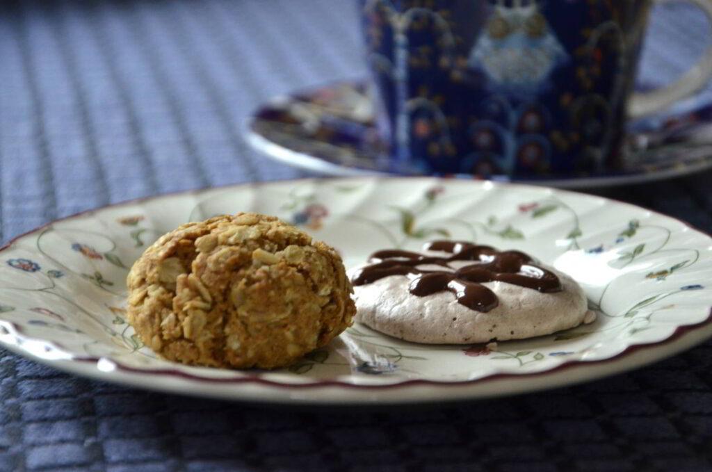 Veganska småkakor. Bild på vegansk havrekaka och vegansk chokladmarängkaka.