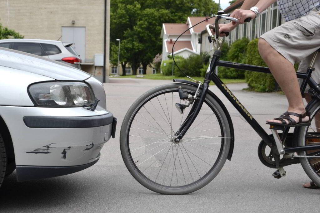 Goda handlingar som manifestation. Bild på cykel som står mot en bil.