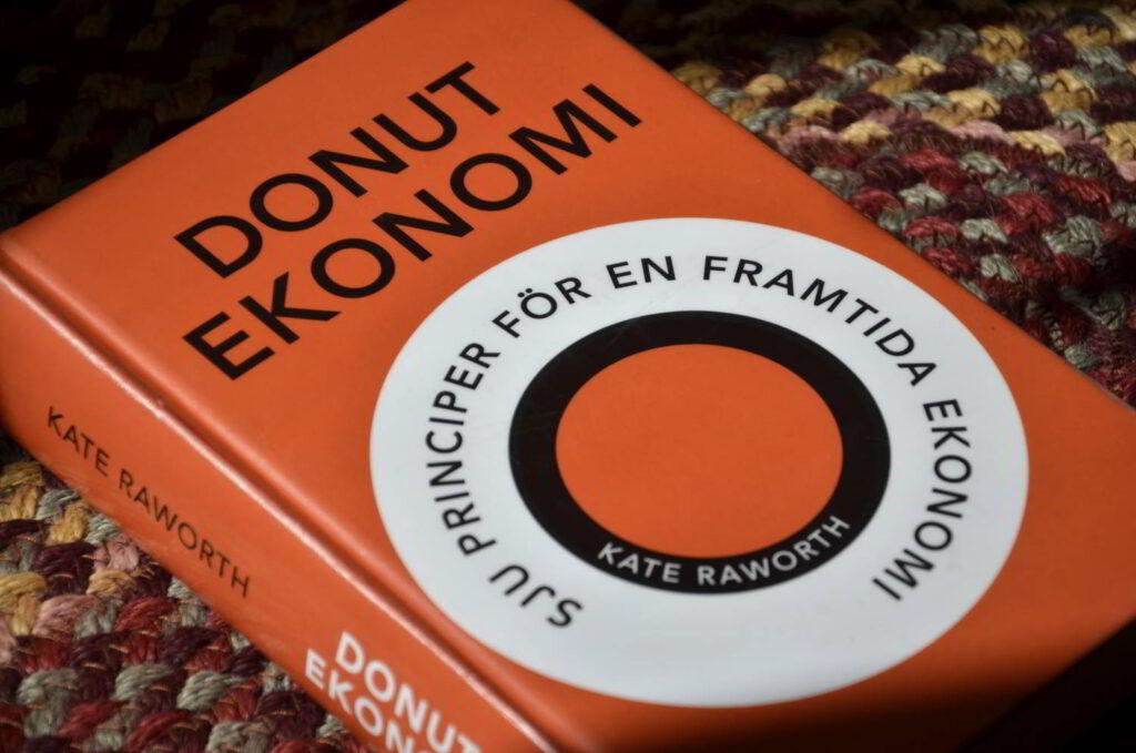Donutekonomi av Kate Raworth. Bild på boken Donutekonomi.