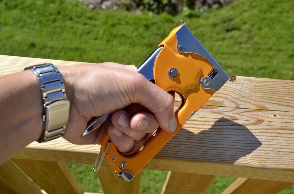 Undvik rekyleffekt i miljöarbetet. Bild på häftpistol som ger en rekyleffekt.