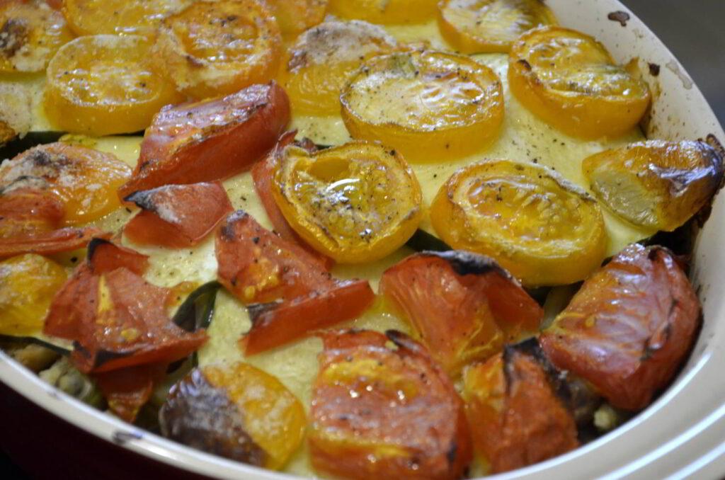 Meny för skördetid. Bild på brödpudding med täcke av egenodlade tomater.
