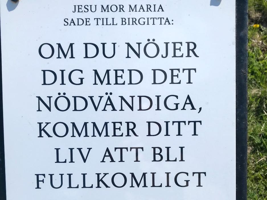 Att nöja sig med det nödvändiga. Bild på skylt med citat från Heliga Birgittas uppenbarelser.
